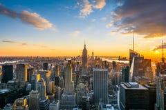 Горизонт Нью-Йорка Манхаттана на заходе солнца, взгляде от верхней части утеса, центра Rockfeller, Соединенных Штатов стоковые изображения rf