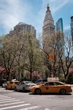 Горизонт Нью-Йорка Манхэттена и такси стоковое изображение rf