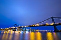Горизонт Нью-Йорка на ноче, США Стоковые Изображения RF