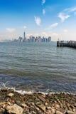 Горизонт Нью-Йорка от берега острова свободы Стоковая Фотография