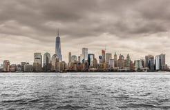 Горизонт Нью-Йорка от парка свободы на пасмурный день Стоковая Фотография RF
