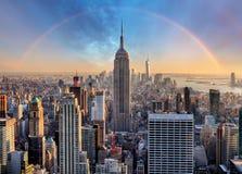 Горизонт Нью-Йорка с городскими небоскребами и радугой