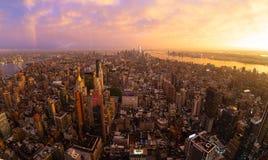 Горизонт Нью-Йорка с небоскребами Манхаттана на драматическом бурном заходе солнца, США стоковые изображения rf