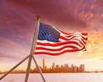 Горизонт Нью-Йорк Манхаттана с американским флагом США Стоковая Фотография RF