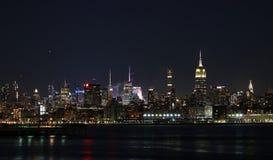 Горизонт Нью-Йорк цветом и светами ночи Стоковое фото RF
