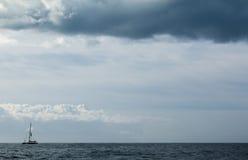 Горизонт океана ветрила плавания шлюпки голубой Стоковое Изображение