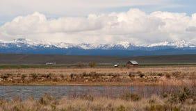 Горизонт Орегона деревянных облаков гор Wallowa амбара тучных драматический Стоковая Фотография