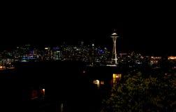 Горизонт панорамы Сиэтл на игле космоса witah ночи стоковые фото