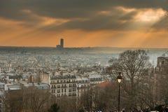 Горизонт Парижа в лучах солнца Стоковые Изображения RF