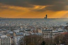 Горизонт Парижа в лучах солнца Стоковая Фотография
