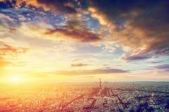 Горизонт Парижа, Франции, панорама на заходе солнца Эйфелева башня, Чемпион de Марс Стоковые Изображения RF