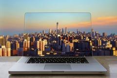 Горизонт Пекина в портативном компьютере стоковые фотографии rf