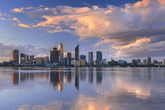 Горизонт Перта, Австралии на заходе солнца Стоковые Фотографии RF