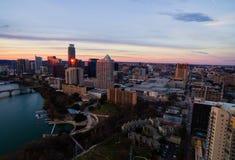 Горизонт пинка горизонта часа воздушного захода солнца Остина Техаса золотой и золотые отражения с небоскребов Стоковое фото RF