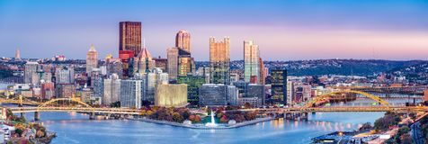 Горизонт Питтсбурга, Пенсильвании на сумраке Стоковые Изображения