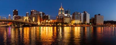 Горизонт Питтсбург и река Allegheny стоковые фотографии rf