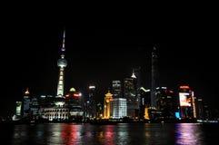 Горизонт плюшки Шанхая на ноче стоковые фотографии rf
