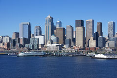 Горизонт портового района Сиэтл, с паромом Стоковые Изображения RF