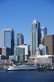 Горизонт портового района Сиэтл, с паромом Стоковая Фотография RF