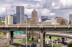 Горизонт Портленда Орегона и движение скоростного шоссе Стоковые Изображения
