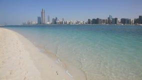 Горизонт пляжа и Абу-Даби сток-видео
