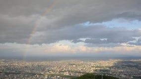 Горизонт, радуга, замки любовника и спутник от верхней части горы Moiwa, Хоккаидо, Японии Стоковая Фотография
