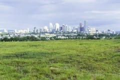 Горизонт района Калгари городской финансовый под облачными небесами стоковая фотография