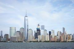 Горизонт района Манхаттана финансовый осмотренный от Jersey City Стоковые Изображения