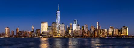 Горизонт района Нью-Йорка финансовый на сумерк через Гудзон Стоковые Изображения RF