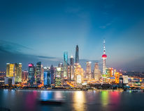 Горизонт района Шанхая финансовый в наступлении ночи стоковые фотографии rf