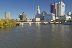 Горизонт реки и Колумбуса Огайо Scioto в осени, с солнечным светом установки Стоковое Изображение