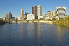 Горизонт реки и Колумбуса Огайо Scioto в осени Стоковое Изображение RF