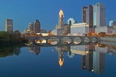 Горизонт реки и Колумбуса Огайо Scioto на сумраке Стоковые Изображения RF