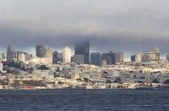 Горизонт Сан-Франциско в туманном дне Стоковые Изображения RF