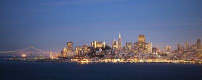 Горизонт Сан-Франциско к ноча стоковые фотографии rf