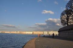 горизонт Северное gorod St Pererburge Rossiya Река Neva, дворец, небо было, заволакивает темного дыма, золы встряхиваний бога ког Стоковая Фотография