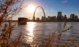 Горизонт Сент-Луис, Миссури через реку Миссисипи стоковые изображения rf