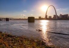 Горизонт Сент-Луис, Миссури через реку Миссисипи стоковая фотография rf
