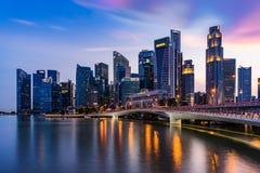 Горизонт Сингапура и загоренный финансовый взгляд ночи района, стоковые фото