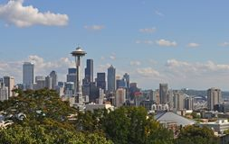 Горизонт Сиэтл от парка Керри в Сиэтл, Вашингтоне стоковое изображение rf