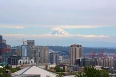 Горизонт Сиэтл с Mt более ненастным в облаках Стоковая Фотография RF