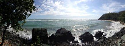 Горизонт скалистого пляжа Стоковые Изображения