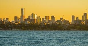 Горизонт Торонто искупанный в золотом свете восхода солнца стоковое фото rf