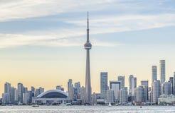 Горизонт Торонто и CN возвышаются на заходе солнца стоковое фото rf