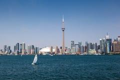 Горизонт Торонто под ясным голубым небом Стоковое Изображение