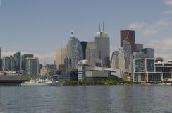Горизонт Торонто с линкором на съемке средства Lake Ontario Стоковые Фотографии RF