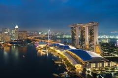 Горизонт финансового района Сингапура в ноче на заливе Марины, поет стоковые изображения rf