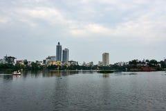 Горизонт Ханоя на озере Truc Bach Столица Вьетнама стоковые фото
