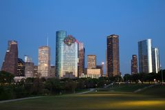 Горизонт Хьюстона городской загоренный на голубом часе Стоковые Изображения RF
