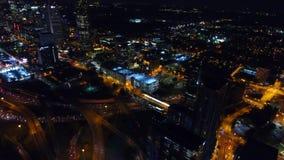 Горизонт центра города к ночь, скоростного шоссе с взаимообменами, фар Атланта движения в реальное временя Грузия сток-видео